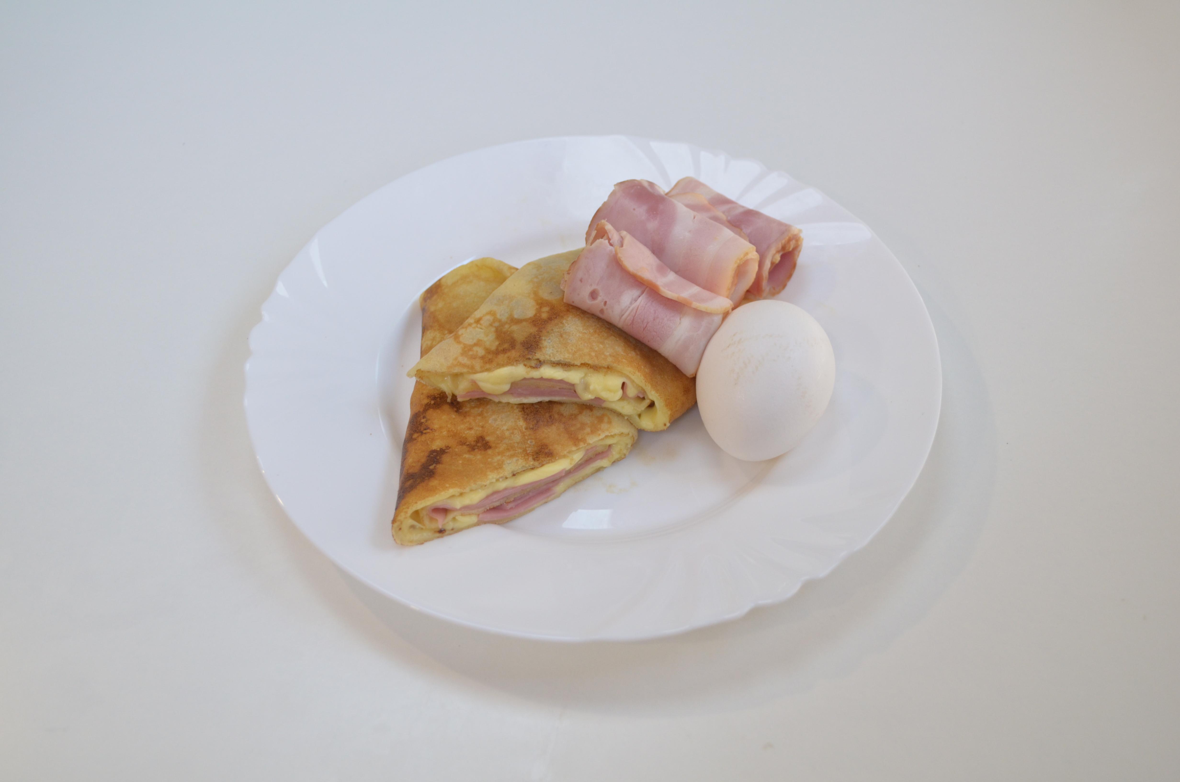 С беконом, сыром и яйцом